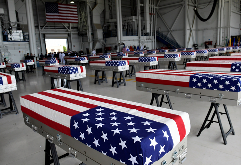 夏威夷迎接仪式上,棺材被用星条旗包裹。(韩联社)