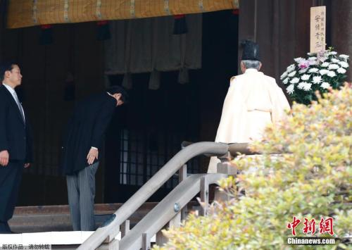 资料图:2018-08-19,日本东京,日本首相安倍晋三在迎来12月26日执政一周年之际,参拜靖国神社。