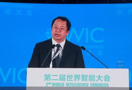 图为360集团董事长兼CEO周鸿祎在大会上演讲。