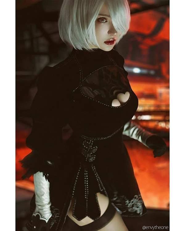 黑丝美少女COS《尼尔》2B 气质高冷,胸前伟岸吸睛
