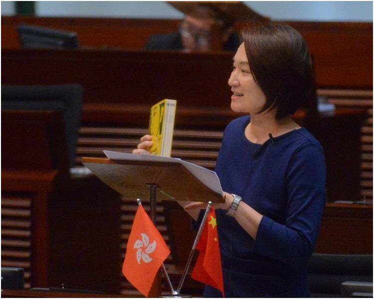 建制派议员批评郑松泰倒插国旗并非贪玩,是刻意侮辱国旗和区旗。(图:港媒)