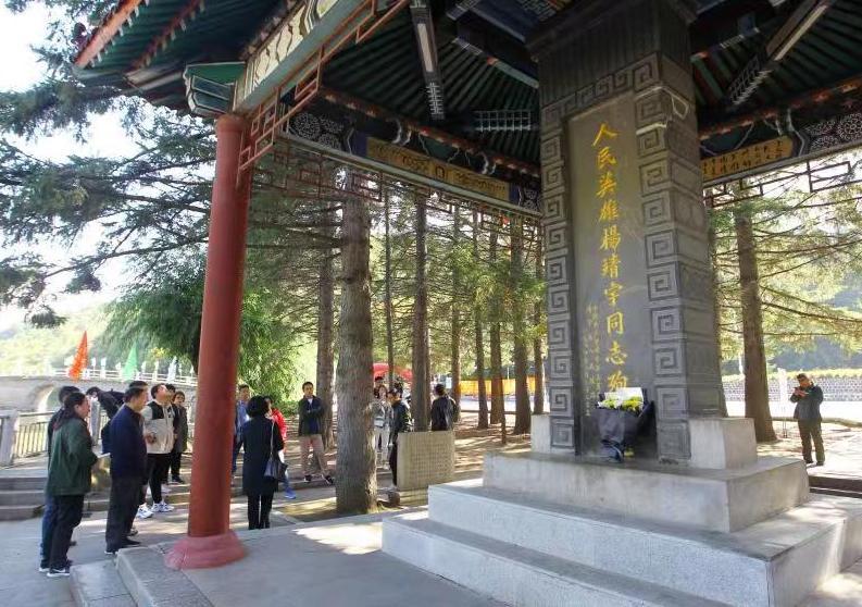 参观杨靖宇将军殉国地,英雄高尚的家风感动采访团
