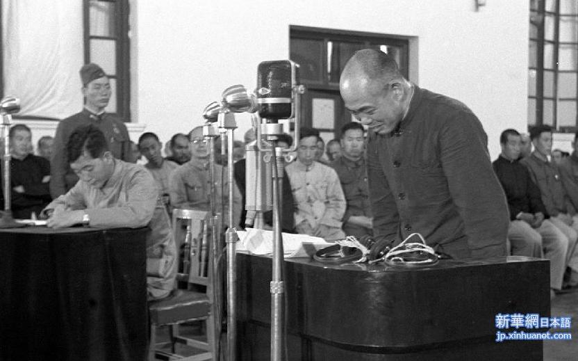 日本战犯承受审讯(新华社)