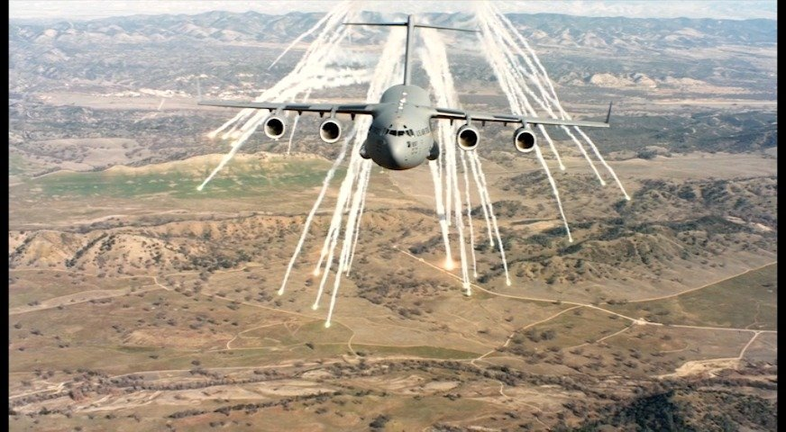 C-17运输机打干扰弹......