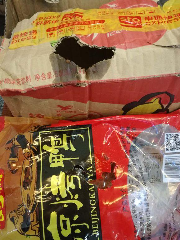 快递包装现破洞:消费者疑被鼠咬 申通定为破损理赔