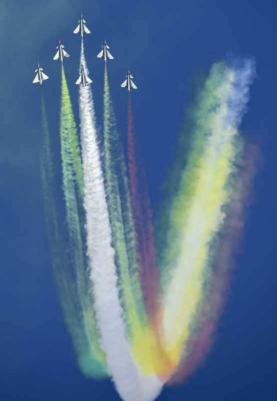 """直击空军""""20系列""""新型战机空中展示"""