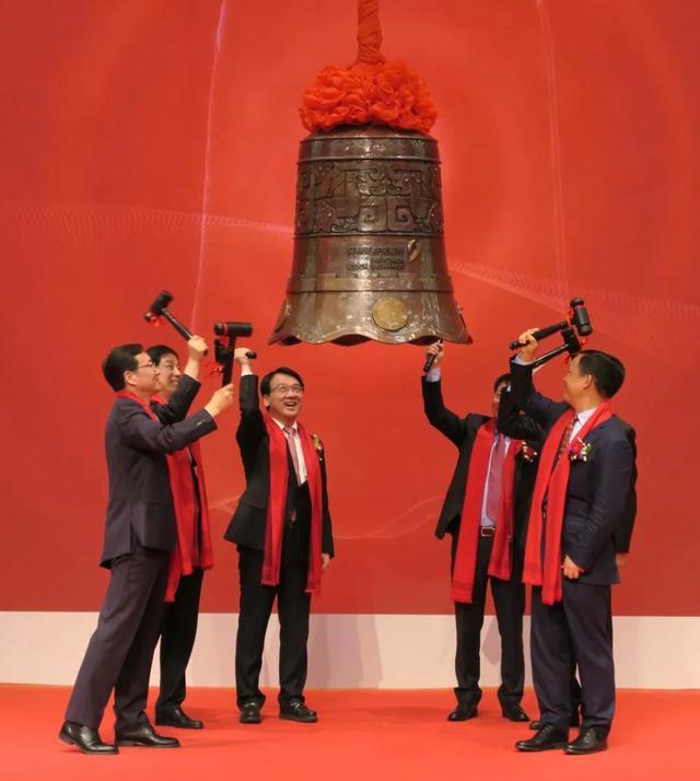 www.js50com_Today Phrase: jiǎo tà liǎng zhī chuán (two-time)