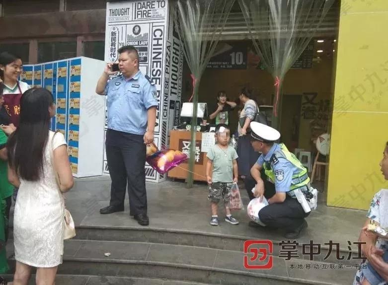 Cậu bé 4 tuổi bị bỏ bên đường, trong tay cầm giấy ly hôn của bố mẹ nhưng phản ứng của người mẹ khiến ai cũng phẫn nộ - Ảnh 3.