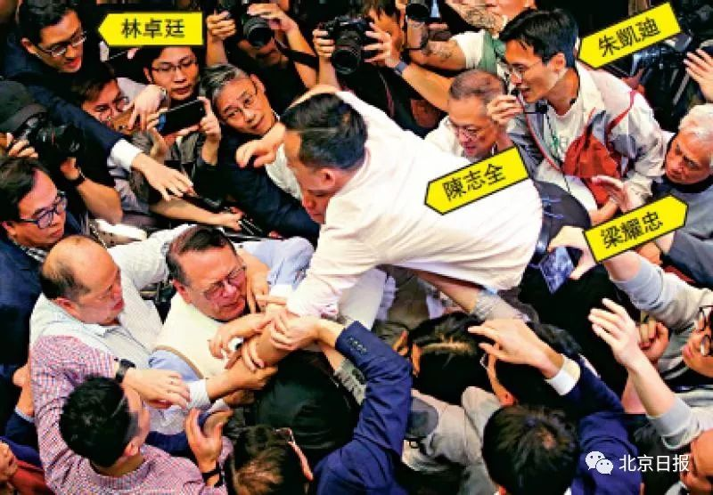 一众泛暴派议员当日暴力阻挠《逃犯条例》修订,陈志全一度飞扑向石礼谦。图片来源:大公报