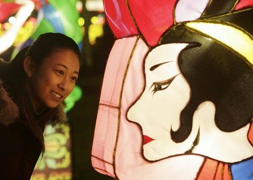 资料图:在加拿大温哥华,市民在中国彩灯节上参观游览。 新华社发