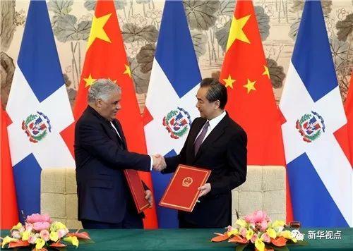 ▲5月1日,国务委员兼外交部长王毅在北京同多米尼加共和国外长巴尔加斯签署《中华人民共和国和多米尼加共和国关于建立外交关系的联合公报》。新华社记者丁林 摄