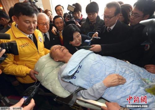 2014年2月19日,韩国束草市,一名参加韩朝离散家属团聚的韩国91岁老人在医务人员帮助下抵达位于韩国江原道东北部的束草市,为家属团聚做准备。