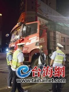 ▲执法人员找到逃跑的大货车司机