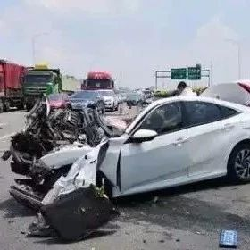惨烈的福州车祸:本田思域撞成稀巴烂,有人竟冲去打伤者