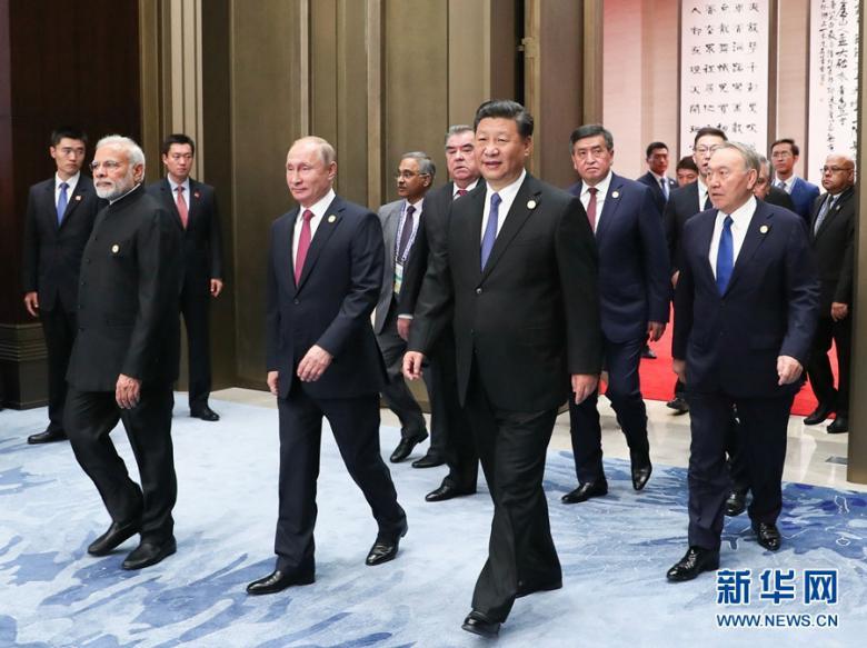 6月10日,上海协作安排成员国首脑理事会第十八次会议小范围谈判在青岛国际会议中心举办。这是习近平同上海协作安排其他成员国领导人一起步入会场。图片来历:新华社