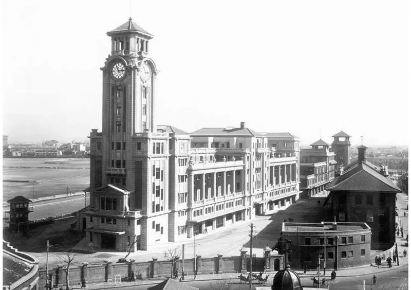 落成后不久拍摄的跑马厅大楼,拍摄角度是在新昌路口附近。