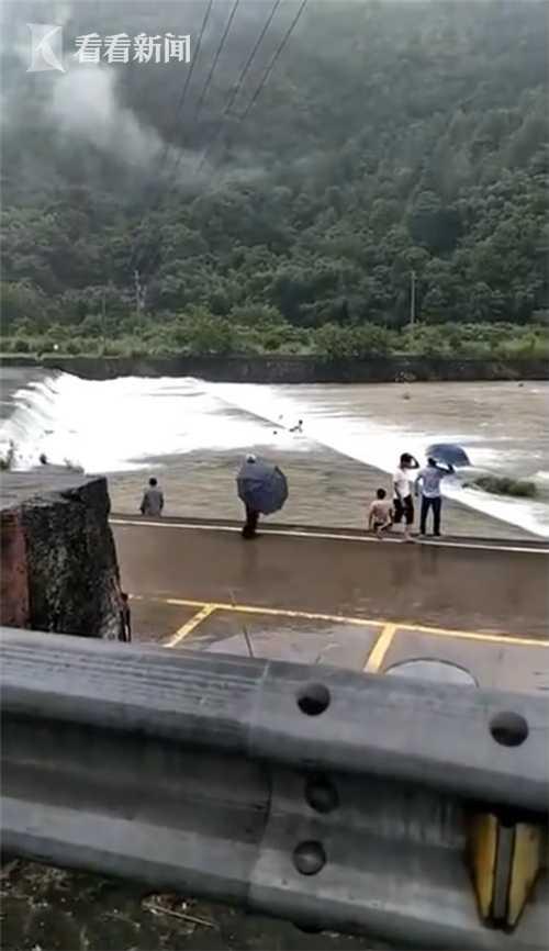 突降暴雨河水上涨 温州露天泳池5人被冲走后获救