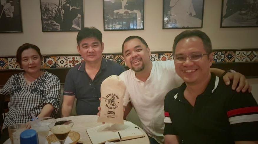 DESA项目的四位创始人和他们的主打产品——马来西亚原住民的有机米