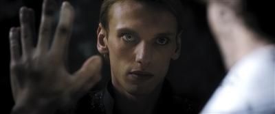 年轻的格林德沃想建立巫师的绝对统治地位。