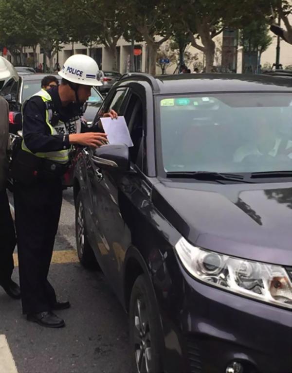 """这里有三千家企业还有医院 看上海交警如何破解""""停?#30340;選?#38382;题"""