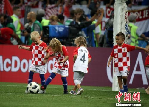 孩子们在场上释放天性,自在地踢球、玩耍。记者 钟欣 摄