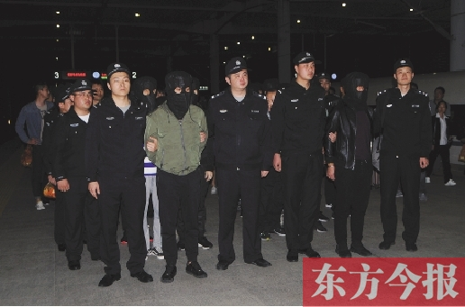 信阳男子理财被骗52万元 警方逮捕54人包2节车厢押解