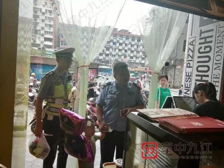 Cậu bé 4 tuổi bị bỏ bên đường, trong tay cầm giấy ly hôn của bố mẹ nhưng phản ứng của người mẹ khiến ai cũng phẫn nộ - Ảnh 2.