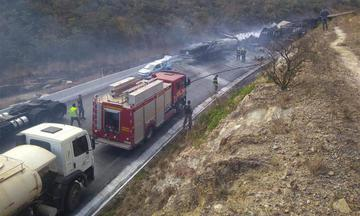 """巴西东南部""""死亡公路""""发生严重车祸 已致8死53伤"""