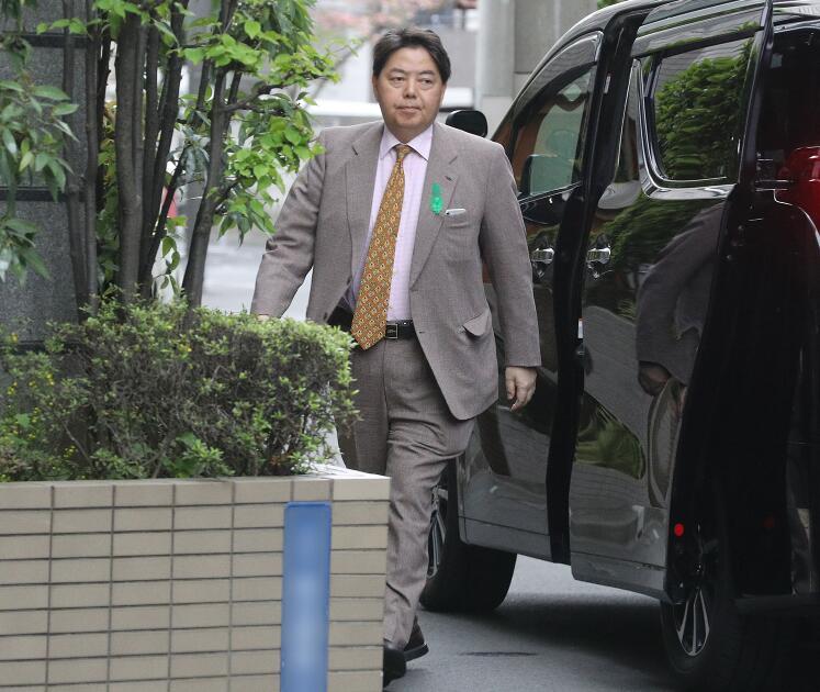 """日本文科相被媒体拍到乘坐公务车出入""""瑜伽馆"""""""