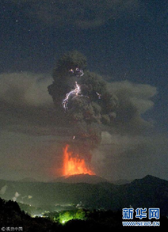 日本新燃岳火山持续喷发 红色熔岩喷涌而出