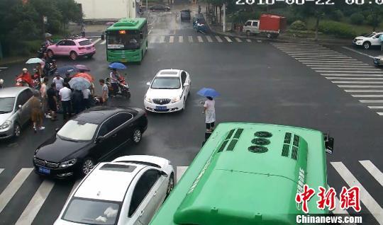 担心孩子淋雨,众人还在一旁为其撑伞 常山县委宣传部提供