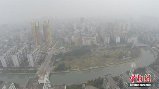 资料图:城市遭空气污染。中新社发 骆云飞 摄