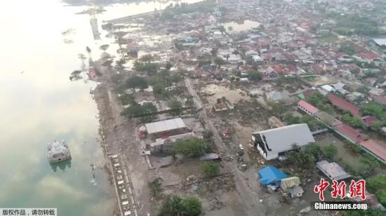 印度尼西亞蘇拉威西島遭7.5級強震侵襲並引發海嘯,造成逾400人證實死亡,許多遇難者遭海嘯捲走死亡。圖?航拍受災現場。