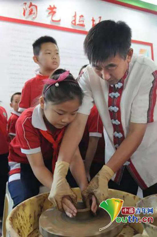 张国庆正在教授孩子们制陶技艺。本人供图