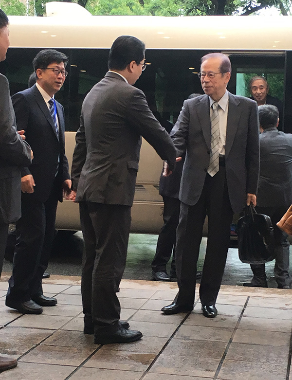 日本前首相福田康夫(右一)抵达饭店
