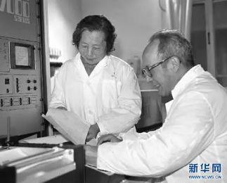 """""""中国稀土之父""""徐光宪与夫人在实验室工作"""