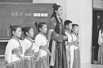 """这位小学老师穿""""马王堆""""汉服进课堂"""