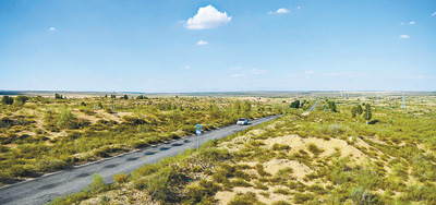 内蒙古自治区鄂尔多斯市持续推进库布其沙漠治理,杭锦旗沿穿沙公路两侧栽种绿色植被、修复生态。本报记者 吴 勇摄