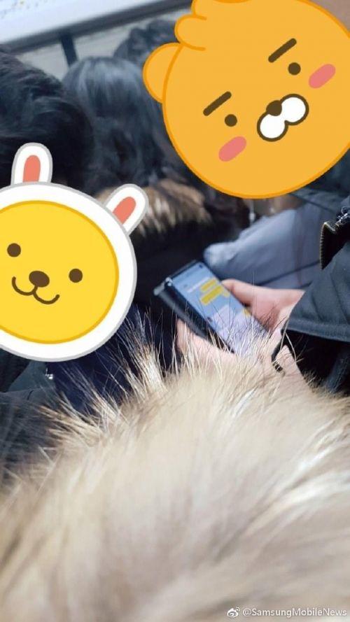 三星Galaxy S10真机地铁曝光 开孔屏设计屏占比超高