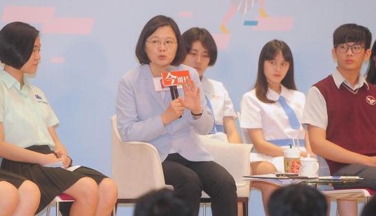 蔡英文劝台湾高中生别考大学先进军队。(图片来源:台媒)