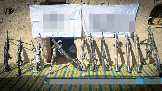 """资料图:""""塔利班""""展示缴获的武器装备。"""