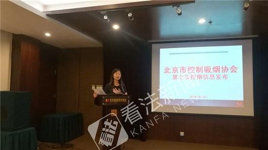 控烟专家在介绍电子烟的危害 摄/记者 李洁