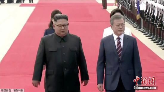 當地時間9月18日上午10時左右,韓國總統文在寅抵達朝鮮。朝鮮最高領導人金正恩攜夫人李雪主在機場迎接。文在寅與金正恩一同檢閱朝鮮陸海空三軍儀仗隊。(視頻截圖)