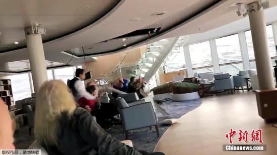 圖爲船上乘客在躲避脫落的天花板。(視頻截圖)