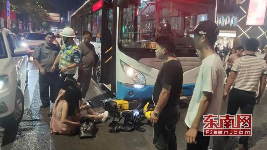 丰泽:两女子骑电动车被卡公交车底 警民合力抬车救人