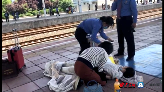 淄博火车站一乘客低血糖晕倒  车站工作人员忙救助