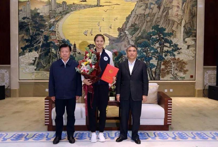 连云港市委书记项雪龙(左)、市少圆伟(左)战龚翔宇开影纪念
