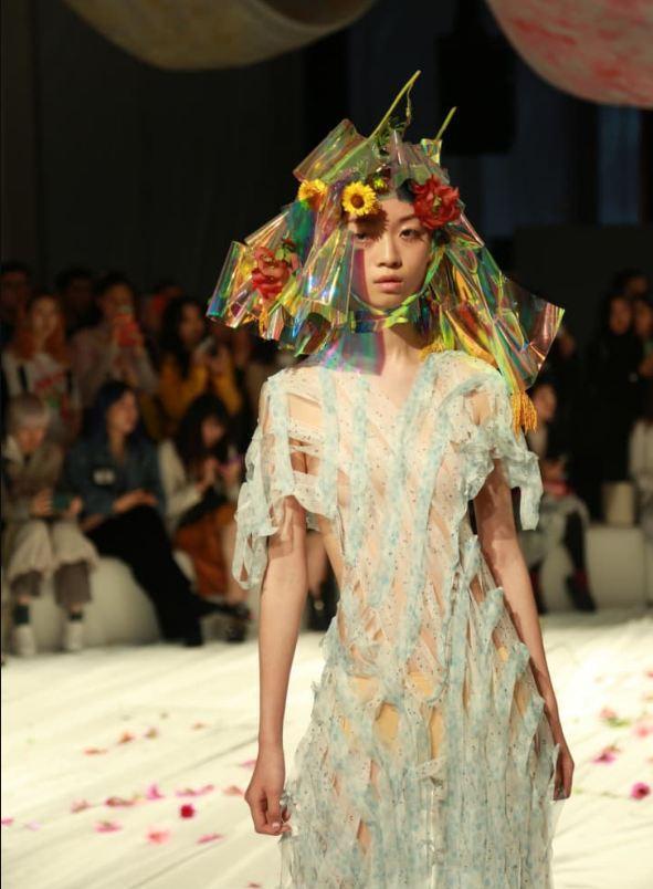 设计师方妍楠(Susan Fang)在上海当代艺术博物馆的时装秀备受期待。图片来源:CNN网站截图