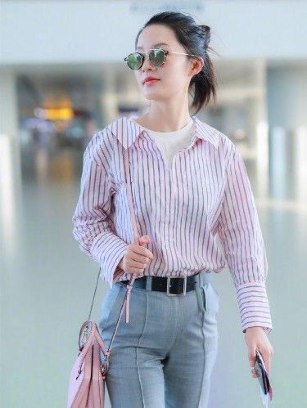 李沁将粉色条纹装简约搭配,在甜美中带有个性女神范,很潮