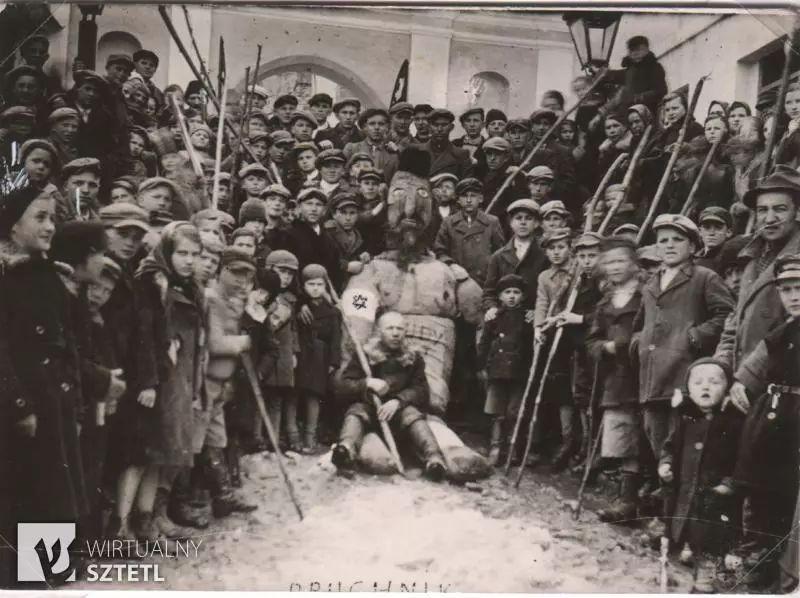 """相同仪式的历史照片,注意下方被裁去一半的""""Pruchnik""""字样。图自推特"""